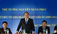 PM Vietnam, Nguyen Xuan Phuc melakukan pertemuan dan memberikan bingkisan kepada para diaspora Vietnam di Siem Riep, Kamboja