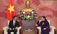 Wakil Harian Ketua MN Vietnam, Tong Thi Phong menerima Sekretaris  Pengurus Besar Liga Pemuda Rakyat Revolusioner Laos