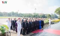 Pimpinan Partai Komunis dan Negara berziarah ke Mousolium Presiden Ho Chi Minh
