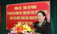 Wakil  Ketua MN Vietnam, Tong Thi Phong mengunjungi dan memberikan bingkisan kepada para orang yang berjasa kepada Tanah Air di Provinsi Nghe An