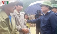 Wakil Ketua MN Vietnam, Phung Quoc Hien memeriksa pekerjaan mengatasi akibat hujan dan banjir di Provinsi Lai Chau