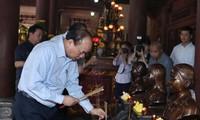 PM Vietnam, Nguyen Xuan Phuc membakar hio di Situs Peninggalan Sejarah Kim Lien