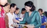 Wapres Vietnam, Dang Thi Ngoc Thinh mengunjungi keluarga-keluarga yang mendapat kebijakan prioritas dan keluarga miskin di Provinsi Vinh Long