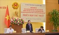 Mengawasi secara erat pelaksanaan kebijakan mengurangi kemiskinan di daerah permukiman warga etnis minoritas dan daerah pegunungan