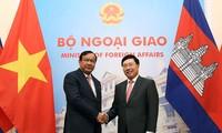 Deputi PM, Menlu Vietnam, Pham Binh Minh melakukan pembicaraan dengan Deputi PM, Menteri Luar Negeri dan Kerjasama Internasional Kamboja