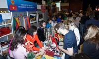 Memperkenalkan kain sutra Vietnam di Pekan Raya Natal Internasional di Republik Czech