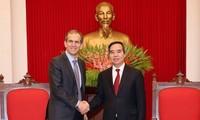 Kepala Departemen Ekonomi KS PKV, Nguyen Van Binh menerima Wakil Presiden  Grup Google.