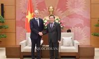 Wakil Ketua MN Vietnam, Phung Quoc Hien menerima pimpinan Grup Pfizer, pemasok obat antibiotika yang paling besar di dunia