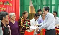 Ketua Pengurus Besar Front Tanah Air Vietnam memberikan bingkisan kepada keluarga-keluarga yang mendapat prioritas, kepala keluarga miskin di Provinsi Hau Giang