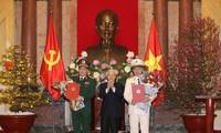 Sekjen KS PKV, Presiden Nguyen Phu Trong menyampaikan Keputusan tentang pemberian pangkat Jenderal