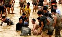 Pesta penangkapan ikan dengan tangan yang khas di Provinsi Tuyen Quang