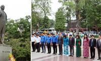 Pimpinan Kota Ha Noi meletakkan karangan bunga di Patung Monumen Vladimir Ilyich Lenin