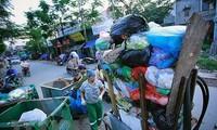"""Pameran foto pertama tentang sampah plastik """"Marilah menyelematkan laut"""" di Vietnam"""