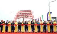 PM Nguyen Xuan Phuc menggunting pita peresmian teknis jembatan Hoang Van Thu