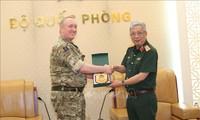 Letnan Jenderal Nguyen Chi Vinh menerima Atase Pertahanan Kerajaan Inggris
