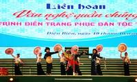 Festival kesenian massa rakyat dan pertunjukan busana etnis minoritas Thai di Provinsi Dien Bien