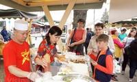 Memperkuat sosialisasi kebudayaan Vietnam kepada sahabat-sahabat internasional
