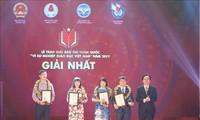 "Memberikan penghargaan kepada 44 karya pers ""Demi usaha pendidikan Vietnam"""