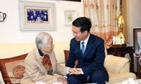 Hari Guru Vietnam 20/11: Kepala Departemen Propaganda KSPKV Vo Van Thuong mengunjungi dan menyambut para mantan pemimpin cabang pendidikan