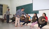 Provinsi Dak Lak memberikan api cinta terhadap budaya gong dan bonang kepada para mahasiswa