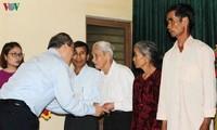 Pimpinan berbagai kementerian, instansi dan daerah menyapa dan memberikan bingkisan Hari Raya Tet
