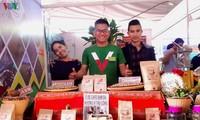 Lelaki etnis minoritas E De dengan hasrat melakukan usaha startup dari produk pertanian kampung halaman