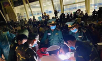 Perusahaan VCCorp dan medsos Lotus memberikan bantuan senilai hampir 3 miliar VND kepada barisan petugas medis di gasis depan melawan wabah Covid-19