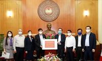 Pengurus Besar Front Tanah Air Vietnam memberikan 150 miliar VND (kira-kira 6,4 juta USD) kepada Kementerian Kesehatan Vietnam untuk mendukung pencegahan dan penanggulangan wabah Covid-19