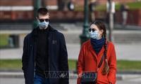 Terharu akan citra komunitas orang Vietnam yang memberikan masker di koran Rusia