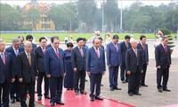 Pimpinan Partai Komunis dan Negara Vietnam berziarah ke Mousolium Presiden Ho Chi Minh
