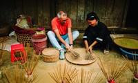 Kerajinan membuat dupa tradisional dari warga etnis minoritas Nung An di Provinsi Cao Bang