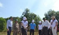 Membantu korban bom dan ranjau di Pronsi Quang Binh dan Binh Dinh untuk menghadapi pandemi Covid-19