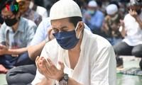 Umat Islam Indonesia kembali melakukan Sholat Jumat di masjid setelah masa 3 bulan