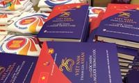 """Meluncurkan buku yang berjudul: """"Masa 25 tahu Vietnam masuk ASEAN melalui sudut pandang orang-orang dalam-nya"""""""