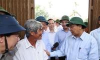PM Nguyen Nguyen Phuc melakukan kunjungan survei tentang situasi mengatasi akibat badai dan banjir