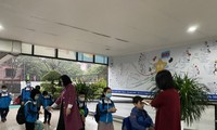 Para Pejalar di Seluruh Vietnam Kembali ke Sekolah di Tengah Pencegahan dan Penanggulangan Wabah Covid-19 Diketat