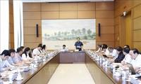 Ketua MN  Vuong Dinh Hue Adakan Temu Kerja dengan Komisi  Pertahanan dan Keamanan