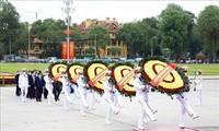 Pimpinan Partai Komunis dan Negara Berziarah Ke Mousoleum Presiden Ho Chi Minh