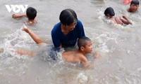 Seorang Perempuan yang Mengajar  Anak-Anak Berenang  Dimuliakan oleh Forbes Vietnam
