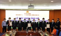 Kementerian Keuangan Terima Lebih dari 100 Miliar VND untuk Dana Vaksin Covid-19