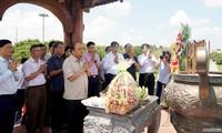 Nguyên Xuân Phuc rend hommage aux soldats tombés au champ d'honneur à Quang Tri