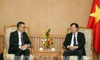 Le vice-Premier ministre Trinh Dinh Dung reçoit le PDG du groupe thaïlandais SCG