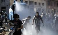 Italian police clash with migrants in Rome