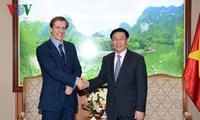 Deputi Perdana Menteri (PM) Vietnam, Vuong Dinh Hue menerima direktur Forum Ekonomi Dunia, Justin Wood