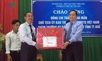 Ketua Pengurus Besar Front Tanah Air Vietnam melakukan kunjungan dan memberikan bingkisan kepada warga etnis di provinsi Thua Thien – Hue