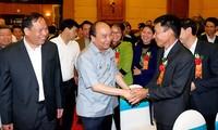 PM Nguyen Xuan Phuc melakukan dialog dengan kaum tani