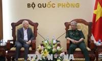 Letnan Jenderal  Nguyen Chi Vinh, Deputi MenhanVietnam menerima Direktur Eksekutif Institut Penelitian Strategi Internasional kawasan Asia