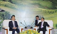 Kepala Departemen Organisasi KS PKV, Pham Minh Chinh menerima Sekretaris Komite Pemeriksaan Disiplin KS PKT, Zhao Leji