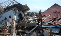 Jumlah korban yang tewas dalam musibah gempa dan tsunami di Indonesia bertambah menjadi hampir 2.000 orang