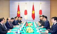 Memberikan sumbangan penting pada kerjasama multilateral, memperketat lebih lanjut lagi hubungan kemitraan strategis yang intensif dan ekstensif antara Vietnam dan Jepang
